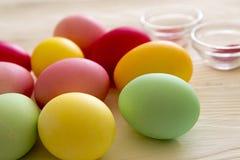 Χρωματισμένα χρωματισμένα αυγά Εορτασμός Πάσχας Στοκ Φωτογραφίες
