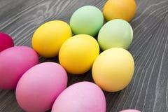 Χρωματισμένα χρωματισμένα αυγά σε έναν γκρίζο πίνακα Εορτασμός Πάσχας Στοκ φωτογραφίες με δικαίωμα ελεύθερης χρήσης