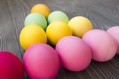 Χρωματισμένα χρωματισμένα αυγά σε έναν γκρίζο πίνακα Εορτασμός Πάσχας Στοκ φωτογραφία με δικαίωμα ελεύθερης χρήσης