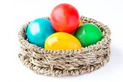 Χρωματισμένα χρωματισμένα αυγά σε ένα καλάθι Στοκ εικόνες με δικαίωμα ελεύθερης χρήσης