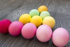 Χρωματισμένα χρωματισμένα αυγά στο γκρίζο υπόβαθρο Εορτασμός Πάσχας Στοκ Εικόνες