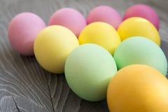 Χρωματισμένα χρωματισμένα αυγά στο γκρίζο υπόβαθρο Εορτασμός Πάσχας Στοκ Φωτογραφία