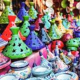 Χρωματισμένα Tajine, πιάτα και δοχεία από τον άργιλο στην αγορά Mor στοκ φωτογραφίες με δικαίωμα ελεύθερης χρήσης