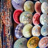 Χρωματισμένα Tajine, πιάτα και δοχεία από τον άργιλο στην αγορά Mor στοκ εικόνες