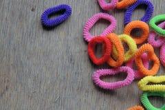 Χρωματισμένες λαστιχένιες ζώνες για το πλέξιμο τρίχας Στοκ Φωτογραφία