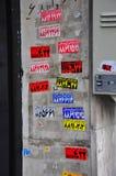 Χρωματισμένες αυτοκόλλητες ετικέττες farsi στον γκρίζο τοίχο στοκ φωτογραφίες με δικαίωμα ελεύθερης χρήσης