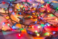 Χρωματισμένες γιρλάντες Χριστουγέννων φω'των αφηρημένη ανασκόπηση ζωηρόχρωμη Στοκ φωτογραφία με δικαίωμα ελεύθερης χρήσης