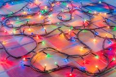 Χρωματισμένες γιρλάντες Χριστουγέννων φω'των αφηρημένη ανασκόπηση ζωηρόχρωμη Στοκ Εικόνες