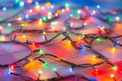 Χρωματισμένες γιρλάντες Χριστουγέννων φω'των αφηρημένη ανασκόπηση ζωηρόχρωμη Στοκ εικόνα με δικαίωμα ελεύθερης χρήσης