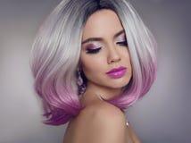 Χρωματισμένες επεκτάσεις τρίχας Ombre Πρότυπο κορίτσι ομορφιάς ξανθό με το sho στοκ φωτογραφίες