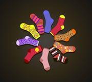 Χρωματισμένες διάνυσμα κάλτσες σε έναν κύκλο στο καφετί υπόβαθρο Στοκ εικόνα με δικαίωμα ελεύθερης χρήσης