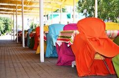 Χρωματισμένες καρέκλες στον καφέ Στοκ Φωτογραφία