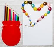 Χρωματισμένες μολύβια και καρδιά των χαντρών Στοκ Εικόνες