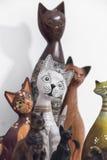 Χρωματισμένες ξύλινες διακοσμήσεις γατών Στοκ φωτογραφία με δικαίωμα ελεύθερης χρήσης