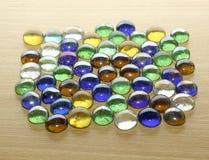 Χρωματισμένες πέτρες σε έναν ξύλινο πίνακα Στοκ Εικόνες