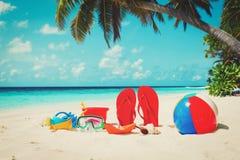Χρωματισμένες παντόφλες, παιχνίδια και μάσκα κατάδυσης στην παραλία στοκ εικόνα με δικαίωμα ελεύθερης χρήσης