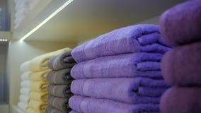 Χρωματισμένες πετσέτες στη μακροεντολή ραφιών μαγαζιό κοντά επάνω απόθεμα βίντεο