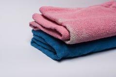 Χρωματισμένες πετσέτες στο άσπρο υπόβαθρο στοκ εικόνες