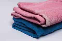 Χρωματισμένες πετσέτες στο άσπρο υπόβαθρο στοκ φωτογραφία με δικαίωμα ελεύθερης χρήσης