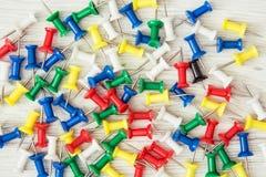 Χρωματισμένες πινέζες - καρφίτσες ώθησης γραφείων Στοκ εικόνα με δικαίωμα ελεύθερης χρήσης