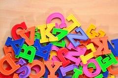 Χρωματισμένες πλαστικές επιστολές αλφάβητου Στοκ Φωτογραφίες