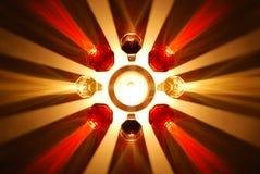 Χρωματισμένες σκιές του γυαλιού κρασιού που φωτίζονται από ένα κερί Στοκ φωτογραφία με δικαίωμα ελεύθερης χρήσης