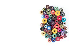 Χρωματισμένες σπείρες νημάτων σε ένα άσπρο υπόβαθρο, ράβοντας προμήθειες, ένα κείμενο έτοιμα, μια κάλυψη εμβλημάτων, βιβλίων ή πε Στοκ Φωτογραφία