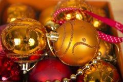 Χρωματισμένες σφαίρες Χριστουγέννων σε ένα κιβώτιο στοκ φωτογραφία