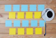 Χρωματισμένες φλιτζάνι του καφέ και μάνδρα αυτοκόλλητων ετικεττών Στοκ Εικόνα