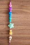 Χρωματισμένες χάντρες σιλικόνης του κοριτσιού Στοκ Εικόνα