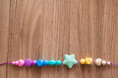 Χρωματισμένες χάντρες σιλικόνης του κοριτσιού Στοκ Εικόνες