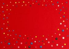 Χρωματισμένες χάντρες στο κόκκινο ύφασμα Στοκ εικόνες με δικαίωμα ελεύθερης χρήσης