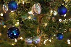 Χρωματισμένες Χριστούγεννα σφαίρες στο χριστουγεννιάτικο δέντρο Στοκ Φωτογραφία