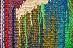 Χρωματισμένη βρώμικη κατασκευασμένη υπόβαθρο ή ταπετσαρία από το χονδροειδές υφαμένο πολύχρωμο και κενό διάστημα στοκ εικόνες