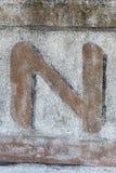 Χρωματισμένη επιστολή στον εγκαταλειμμένο τοίχο στοκ φωτογραφίες με δικαίωμα ελεύθερης χρήσης