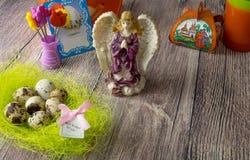 Χρωματισμένη επιτραπέζια διακόσμηση αυγών Πάσχας με τον άγγελο στοκ εικόνες