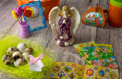 Χρωματισμένη επιτραπέζια διακόσμηση αυγών Πάσχας με τον άγγελο στοκ φωτογραφία