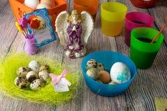 Χρωματισμένη επιτραπέζια διακόσμηση αυγών Πάσχας με τον άγγελο στοκ φωτογραφία με δικαίωμα ελεύθερης χρήσης