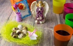 Χρωματισμένη επιτραπέζια διακόσμηση αυγών Πάσχας με τον άγγελο στοκ φωτογραφίες με δικαίωμα ελεύθερης χρήσης