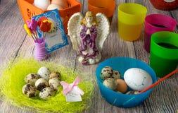 Χρωματισμένη επιτραπέζια διακόσμηση αυγών Πάσχας με τον άγγελο στοκ εικόνες με δικαίωμα ελεύθερης χρήσης