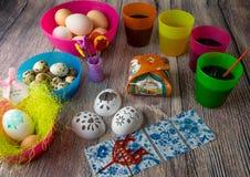 Χρωματισμένη επιτραπέζια διακόσμηση αυγών Πάσχας στοκ φωτογραφία