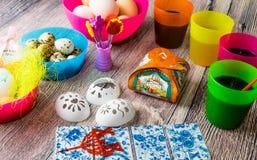 Χρωματισμένη επιτραπέζια διακόσμηση αυγών Πάσχας στοκ εικόνες
