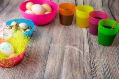 Χρωματισμένη επιτραπέζια διακόσμηση αυγών Πάσχας στοκ φωτογραφία με δικαίωμα ελεύθερης χρήσης