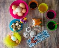 Χρωματισμένη επιτραπέζια διακόσμηση αυγών Πάσχας στοκ φωτογραφίες