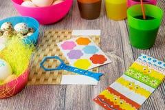 Χρωματισμένη επιτραπέζια διακόσμηση αυγών Πάσχας στοκ φωτογραφίες με δικαίωμα ελεύθερης χρήσης