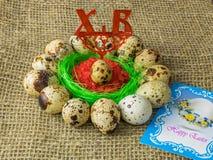 Χρωματισμένη διαφορετική επιτραπέζια διακόσμηση αυγών Πάσχας με την κάρτα στοκ φωτογραφίες