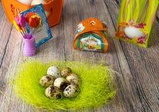 Χρωματισμένη διαφορετική επιτραπέζια διακόσμηση αυγών Πάσχας με την κάρτα στοκ εικόνες με δικαίωμα ελεύθερης χρήσης