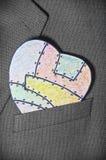 Χρωματισμένη καρδιά του εγγράφου σε μια τσέπη Στοκ φωτογραφίες με δικαίωμα ελεύθερης χρήσης