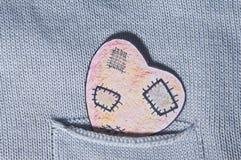 Χρωματισμένη καρδιά του εγγράφου σε μια τσέπη Στοκ Φωτογραφίες