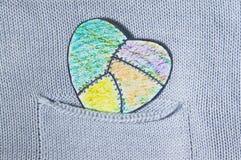 Χρωματισμένη καρδιά του εγγράφου σε μια τσέπη Στοκ φωτογραφία με δικαίωμα ελεύθερης χρήσης